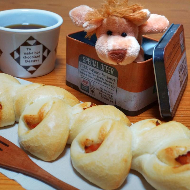 朝パンを狙っている ライオン?
