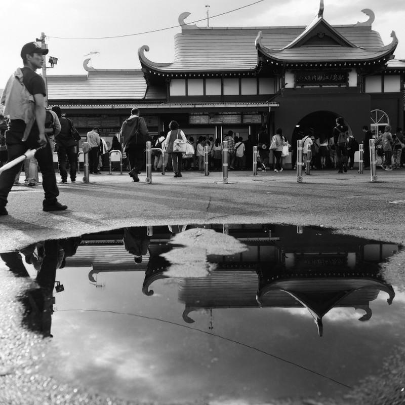 雨上がりの逆さ駅舎