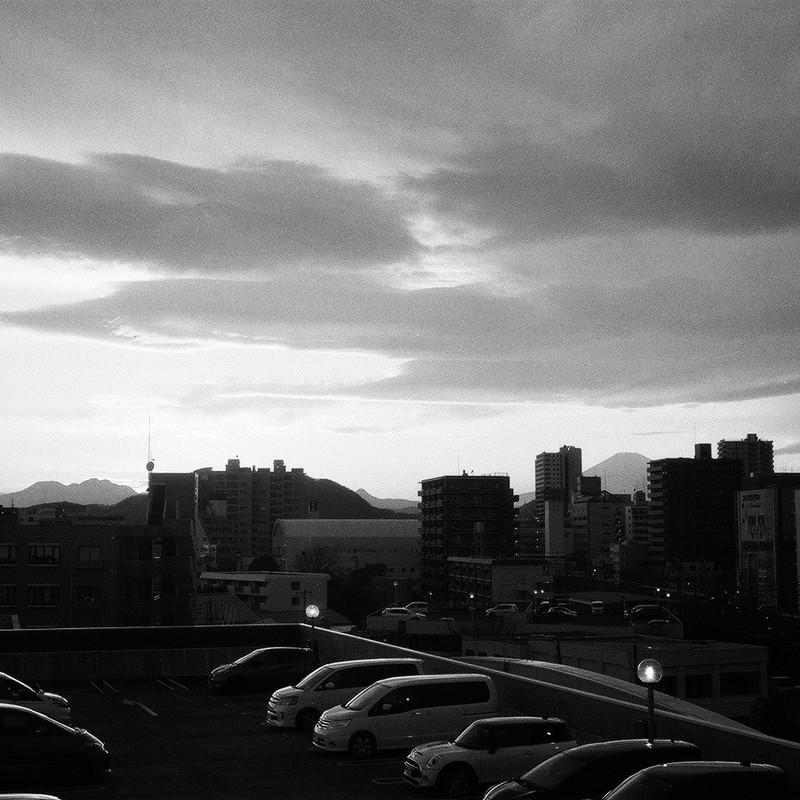 夕日のさして、山の端いと近うなりたる