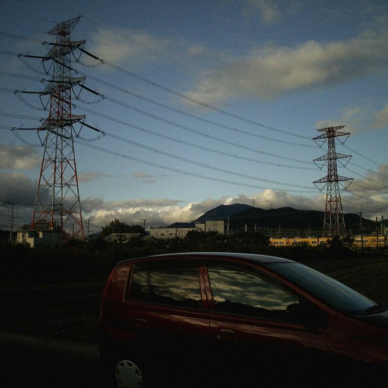 ちょっと西日を浴びる鉄塔たち。