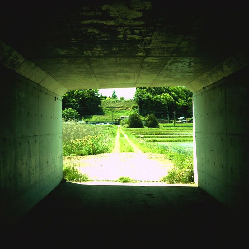 トンネルの外。