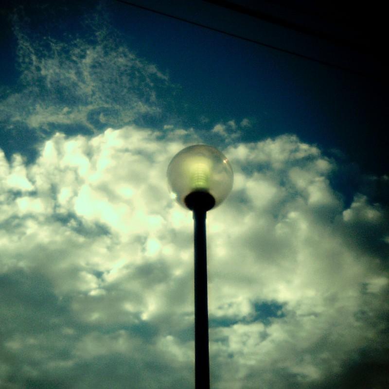 青空と街灯。
