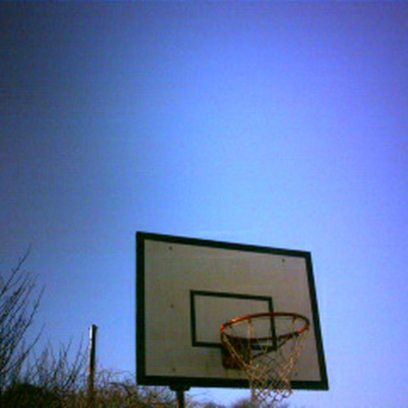バスケットゴールと空