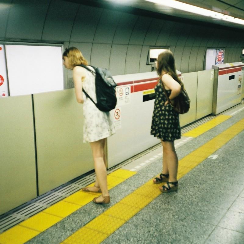 (左)やっぱさぁ海外とかに行くとさぁ英語習いたいって思うよねぇ。(右)え、マジ、ウケルンですけど。