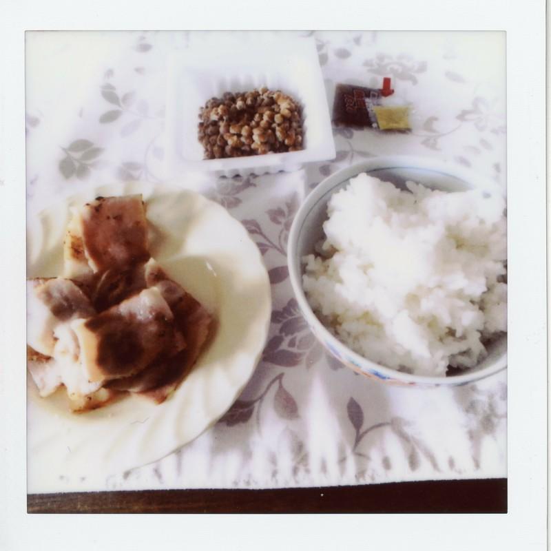 朝は納豆とベーコン