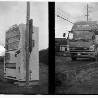 トラックを見つめる自販機