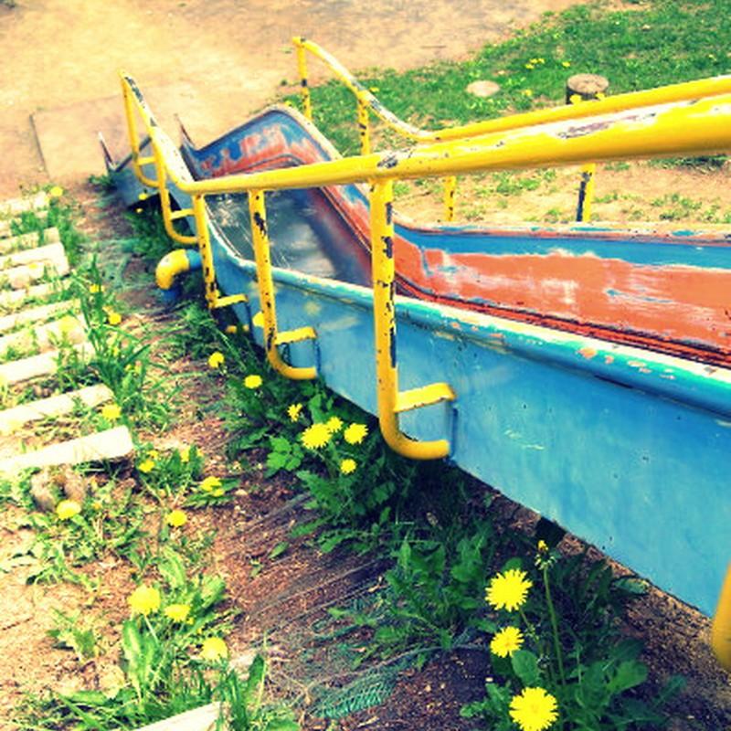 タンポポの咲く滑り台