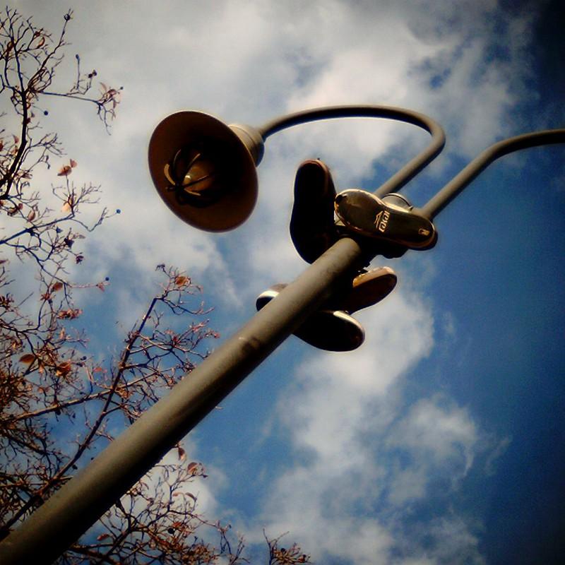 街灯にスニーカー