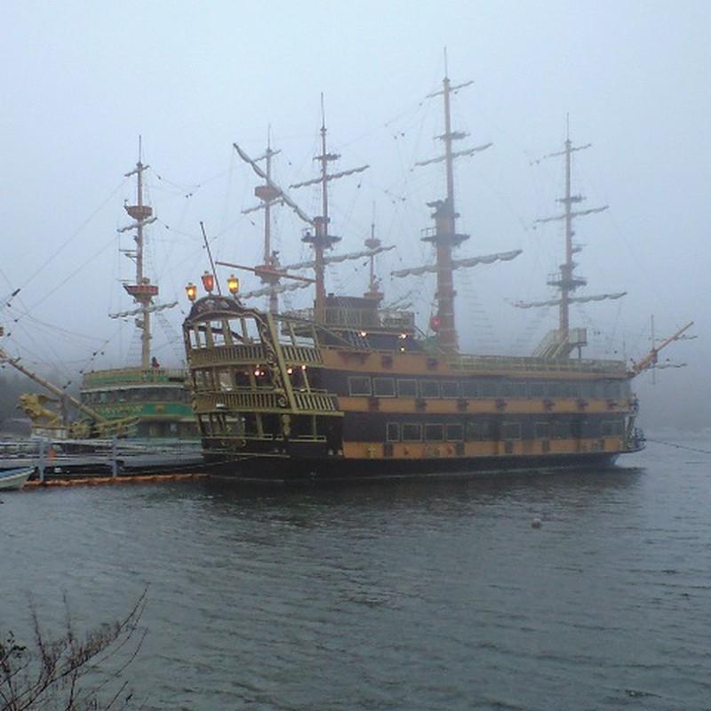 雨の芦ノ湖海賊船