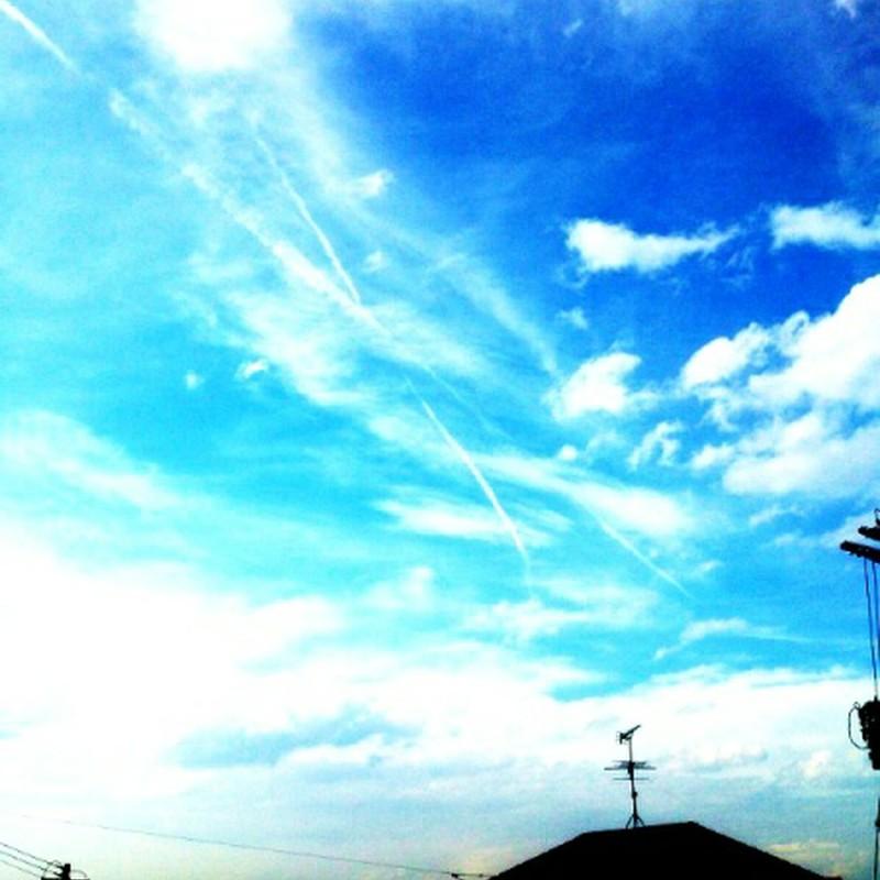 クロスする飛行機雲