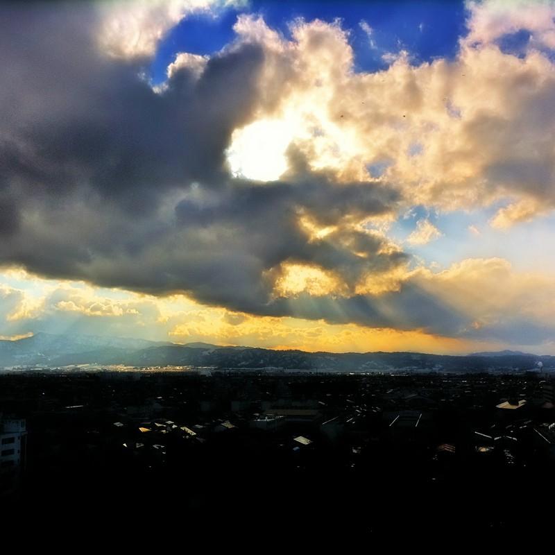 雲の合間に漏れる光