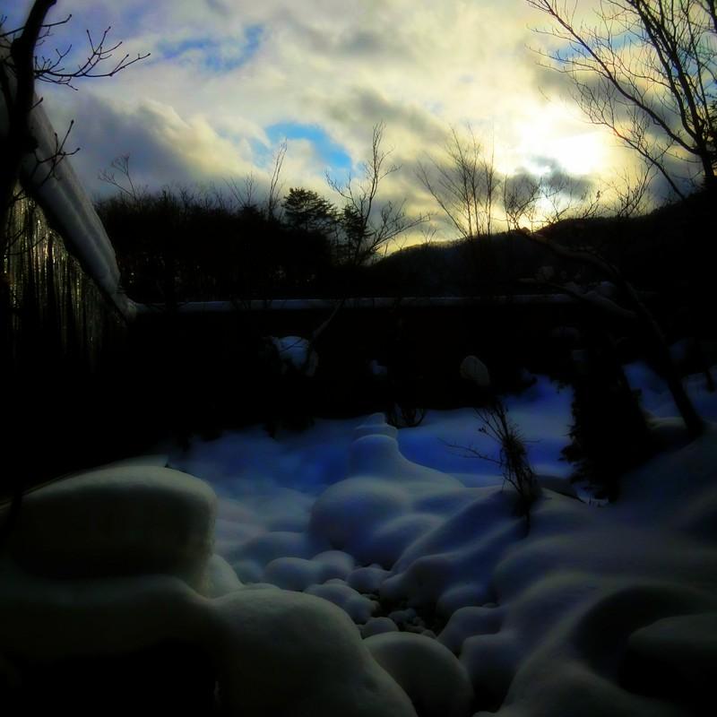 雪のち曇り、時々晴れ間あり