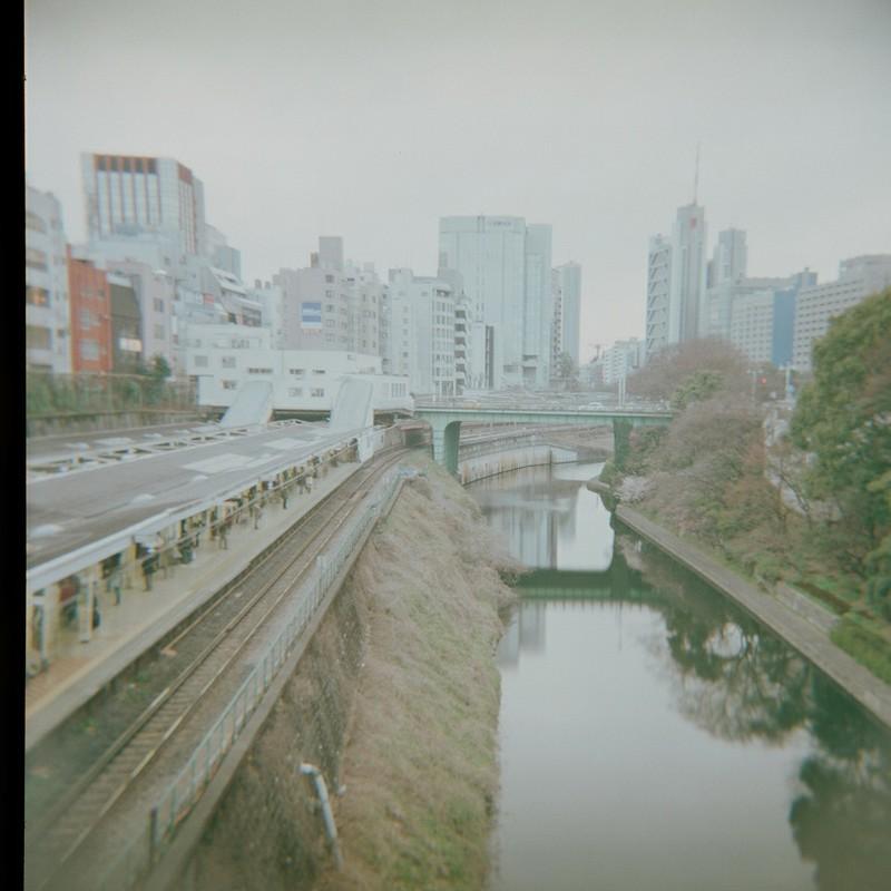 電車を待つ人、橋を渡る人