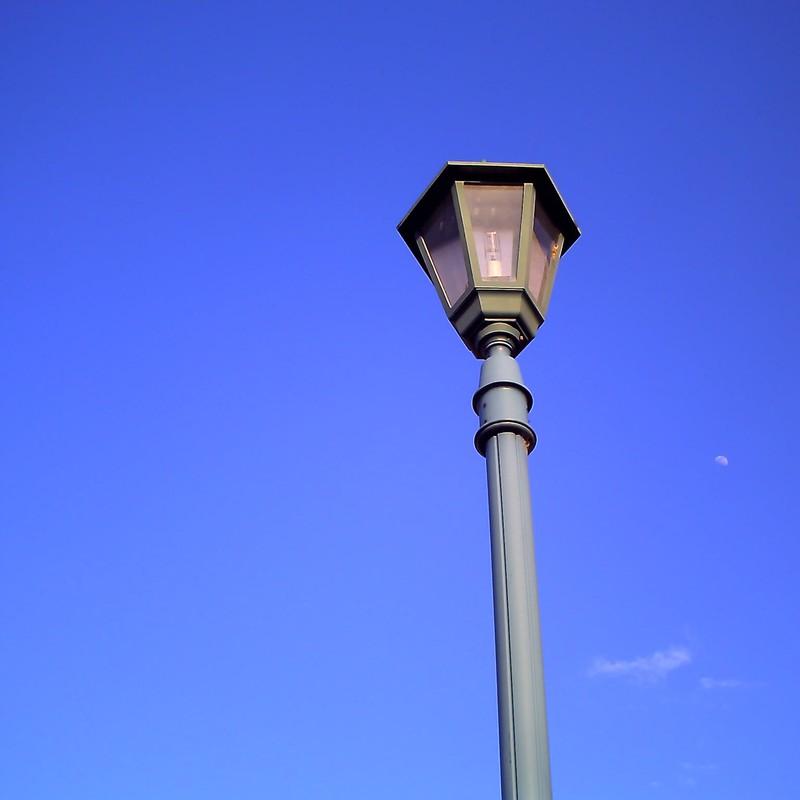 街灯とうっすら月