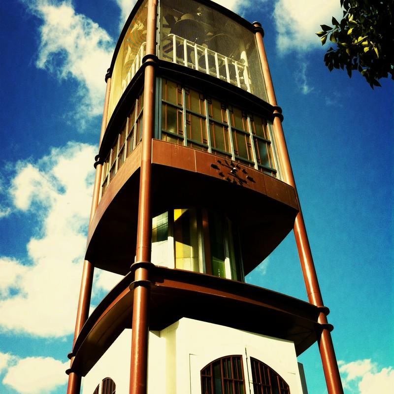楽しげなブリキの塔