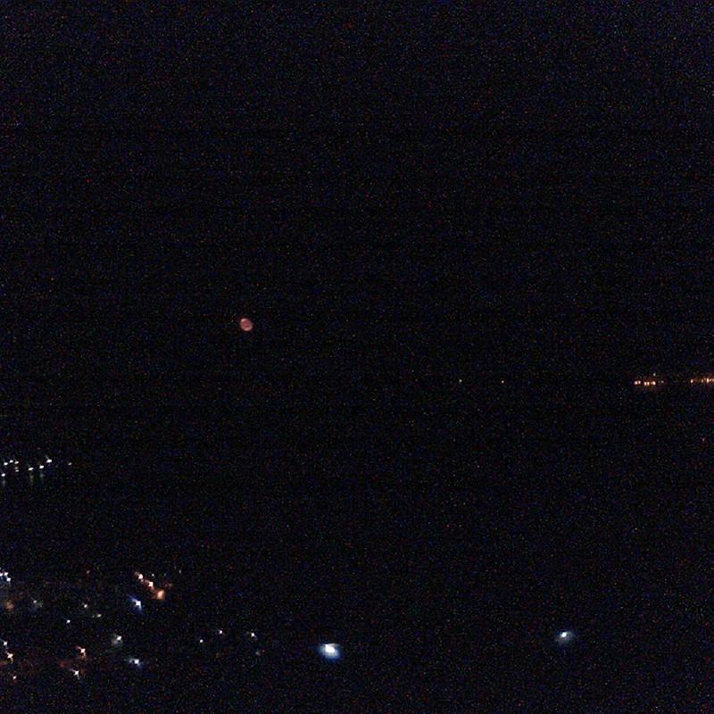 赤いお月さま。