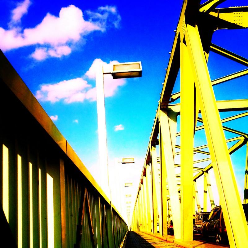 黄色い橋と青空