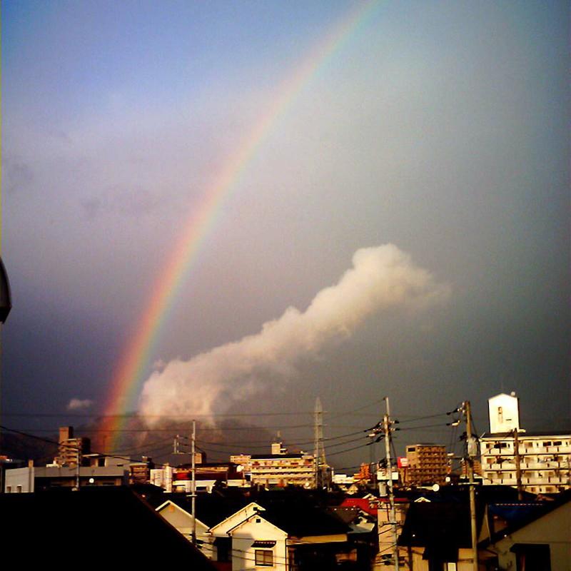 虹と町並み