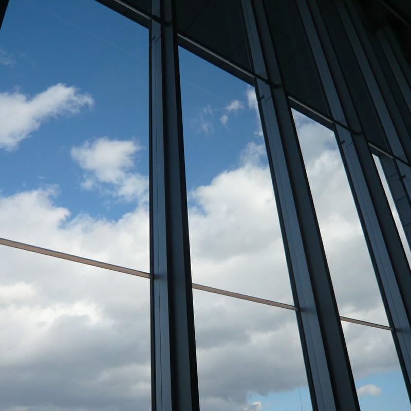 窓越しの空