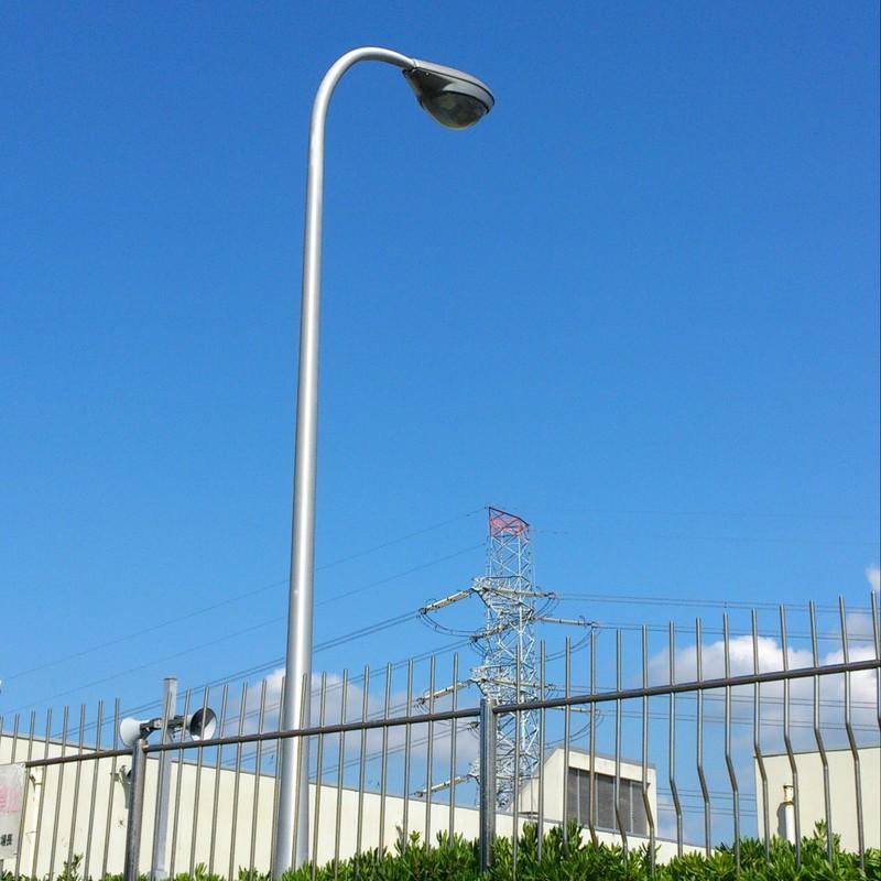 街灯と柵と鉄塔と