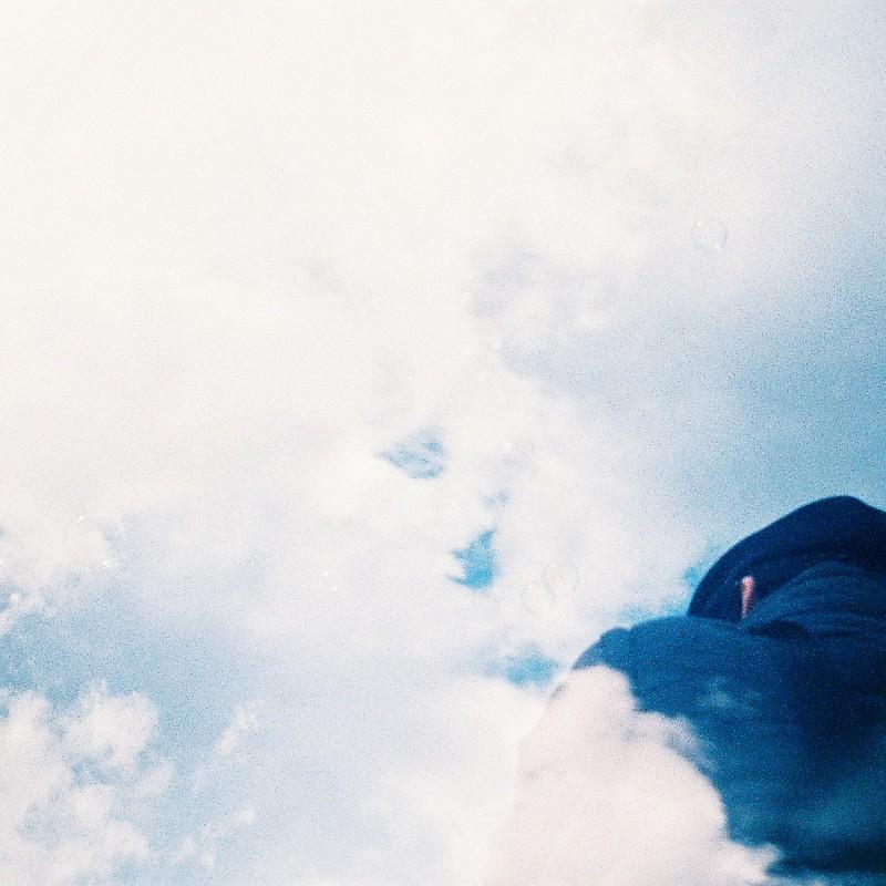 雲を切る巨人の背中