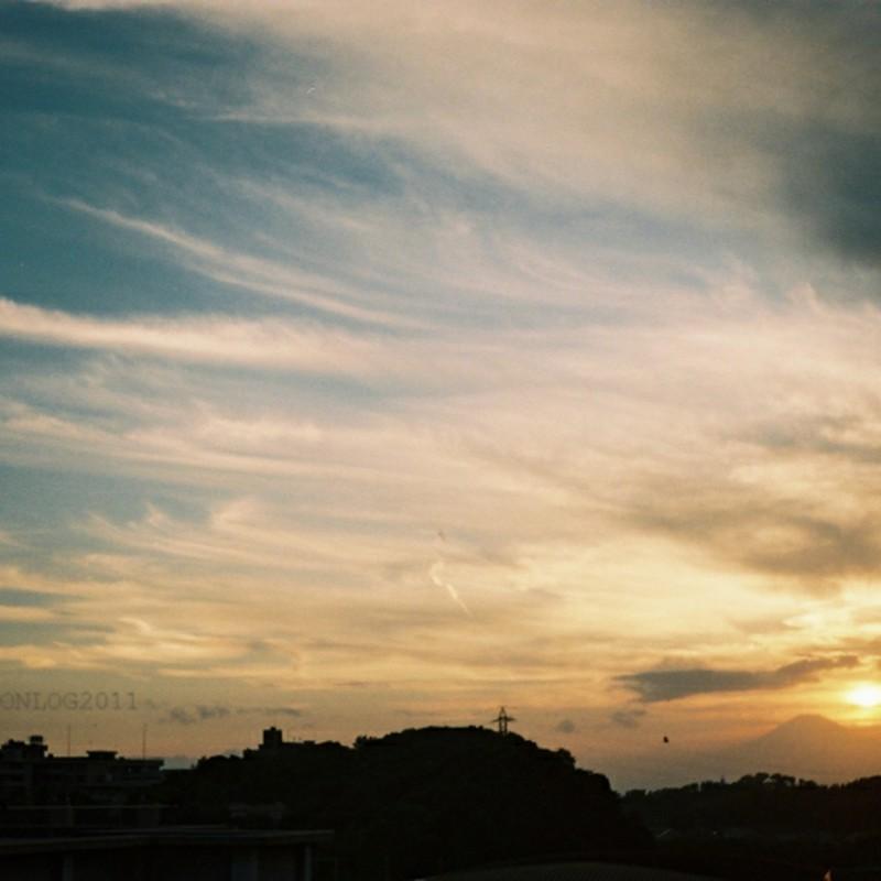 富士の日没と秋の空