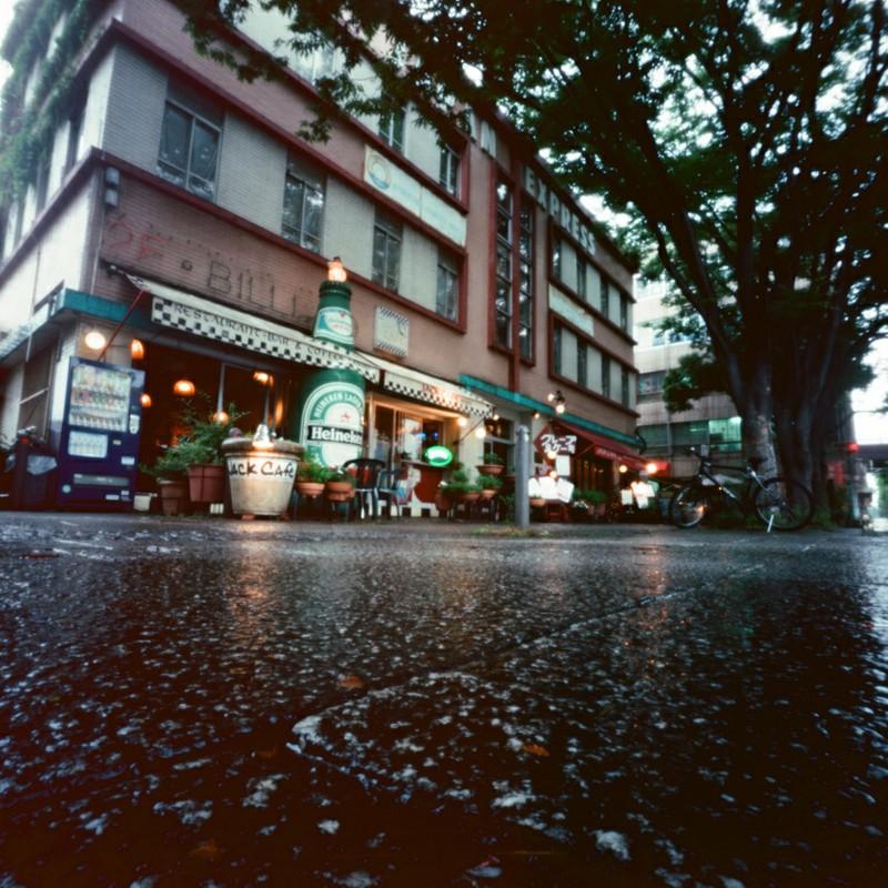開港広場交差点の雨