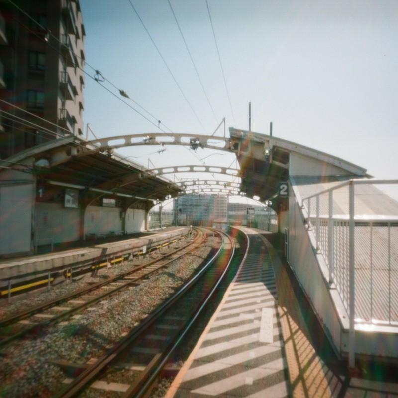 大きく弧を描く駅