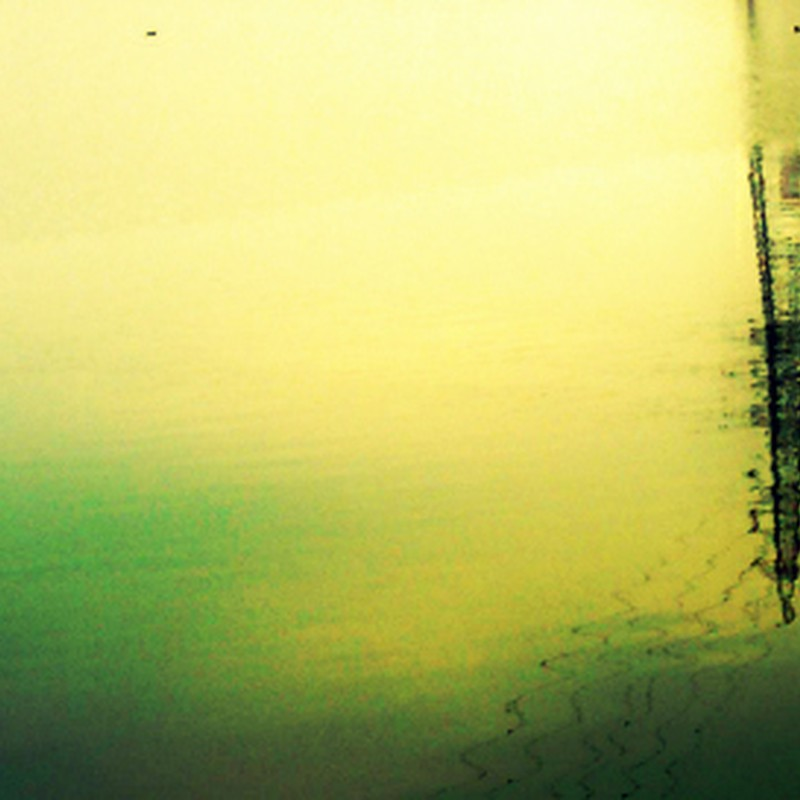 水面に映る鉄塔