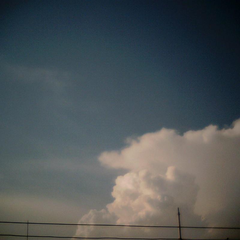 雲クモもくもく。