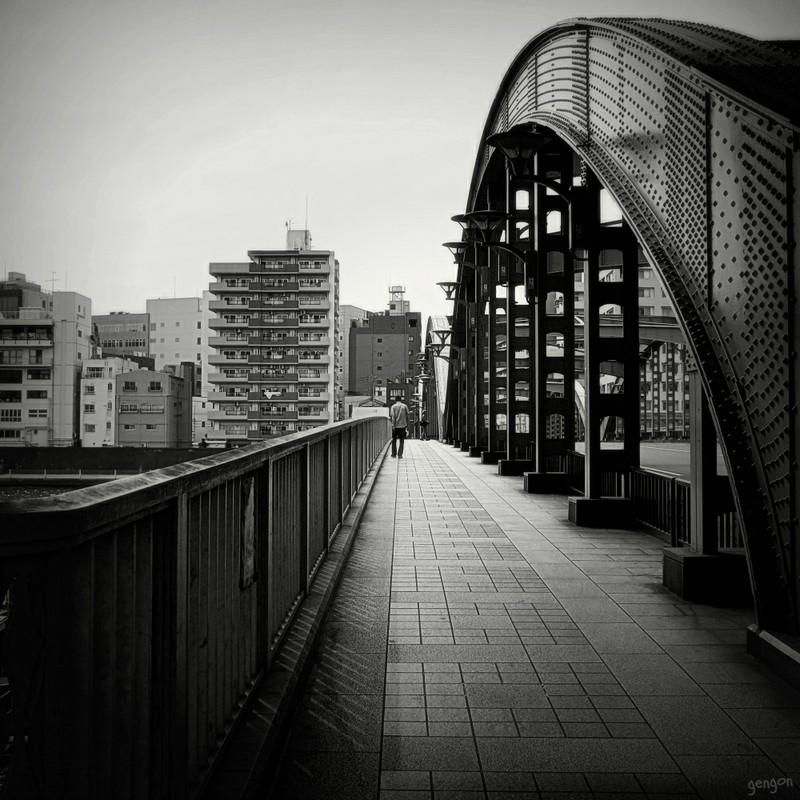 橋を渡る背中
