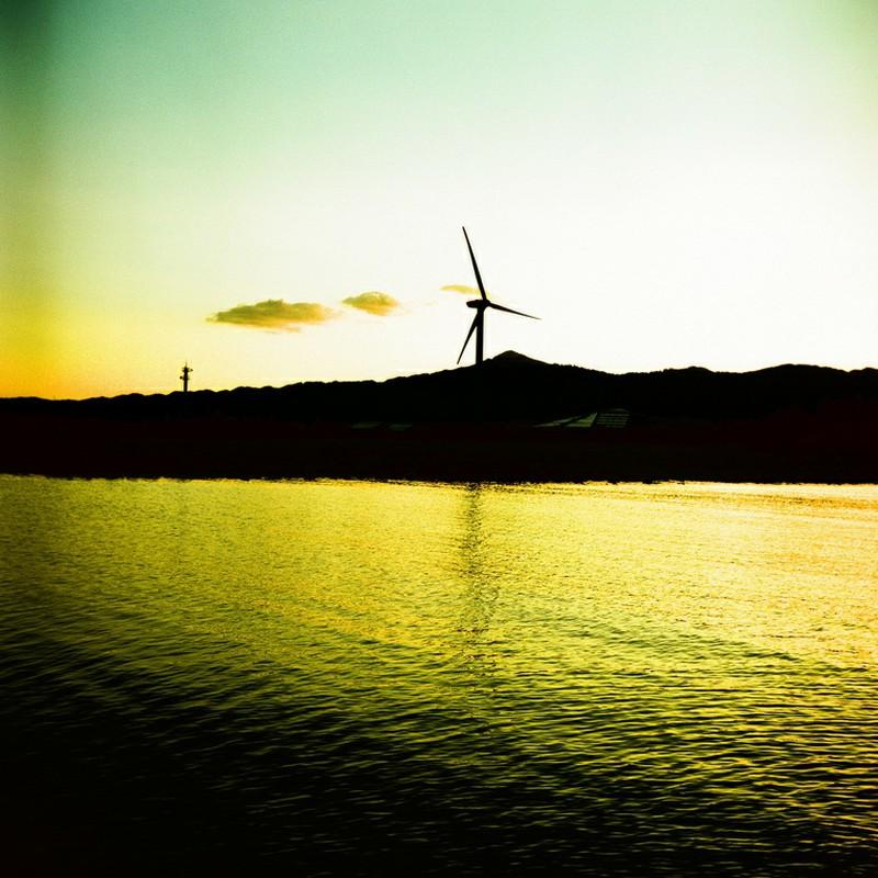 空と風車と湖と