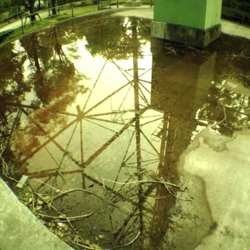 鉄塔下の水たまり