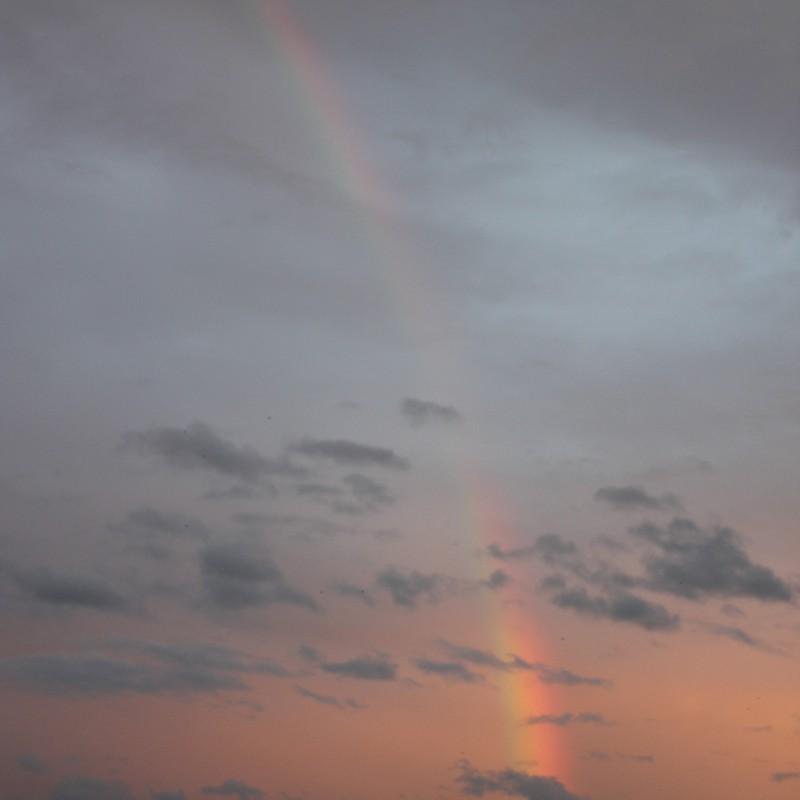 夕日の中の虹。