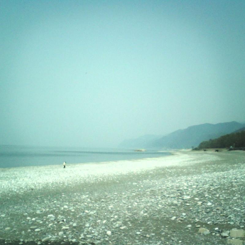 ずっと続く砂利浜