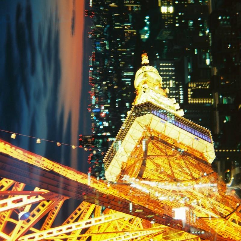 夜の街に浮かぶ東京タワー
