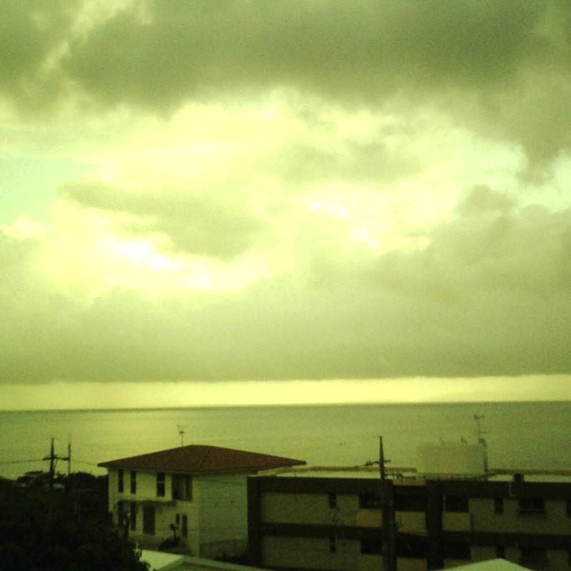 水平線と雲平線の間の小さな空