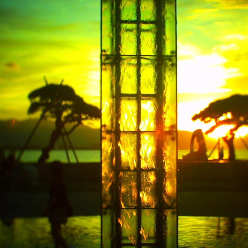 夕陽に噴水