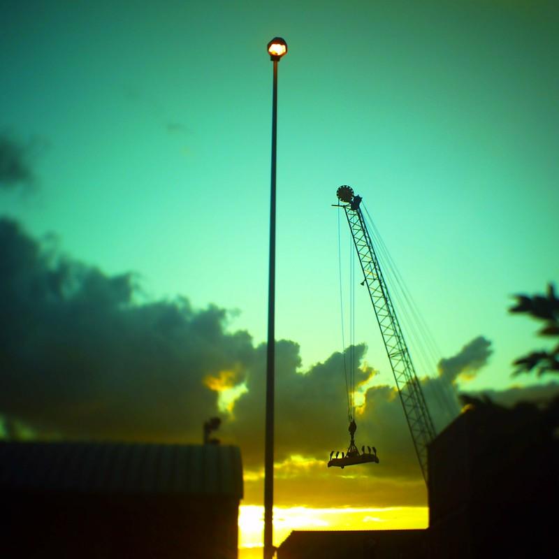 夕陽とクレーンと街灯と