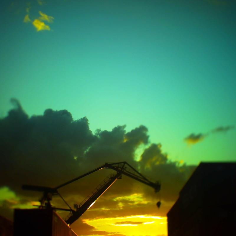 夕陽とクレーンとコンテナと