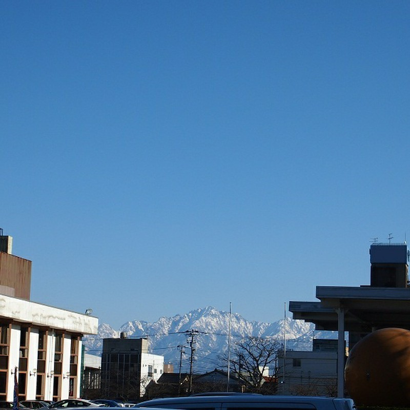 青空と雪山。