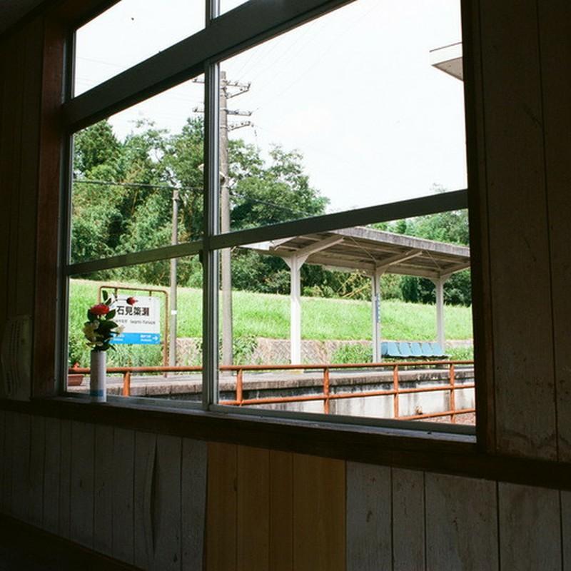 木造駅舎からホームを望む