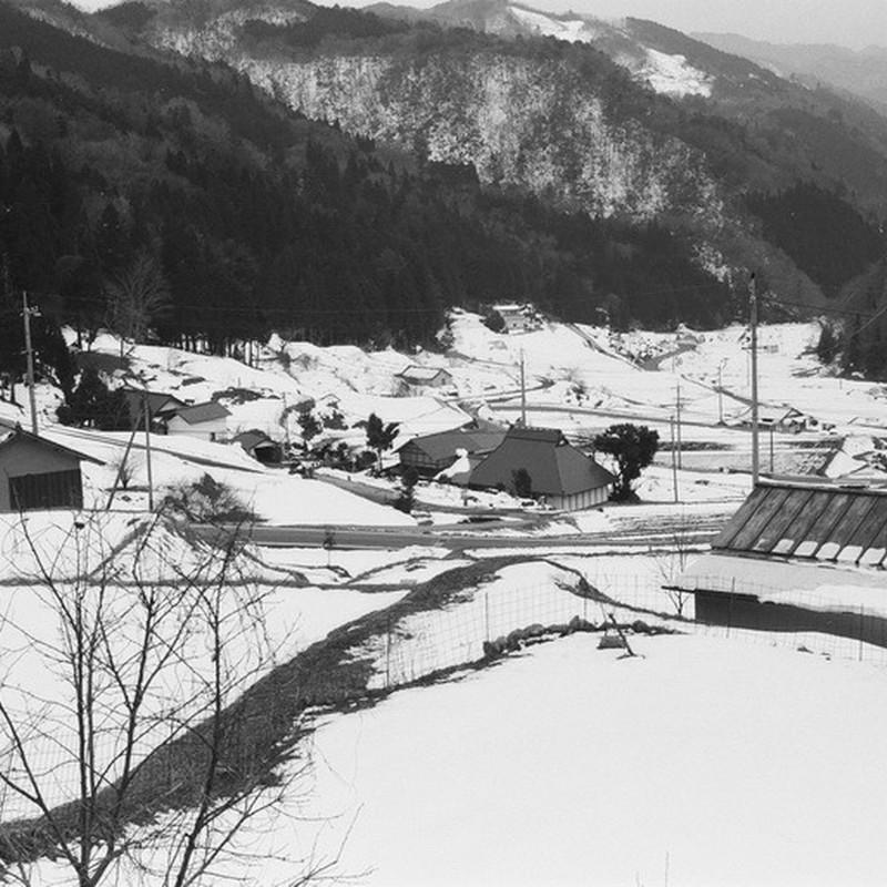 冬の谷の集落