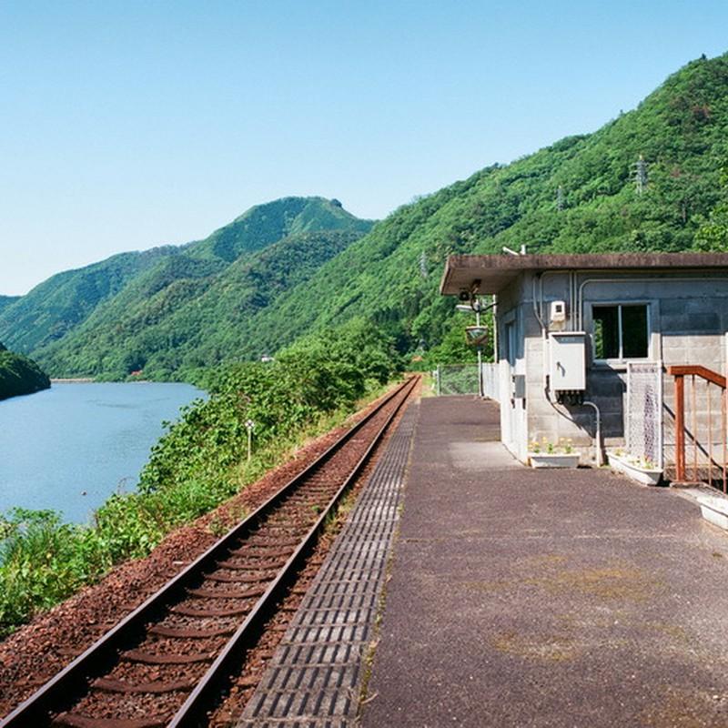 川の傍の小さな駅