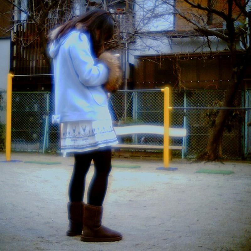 公園でカメラをのぞきこむ天使