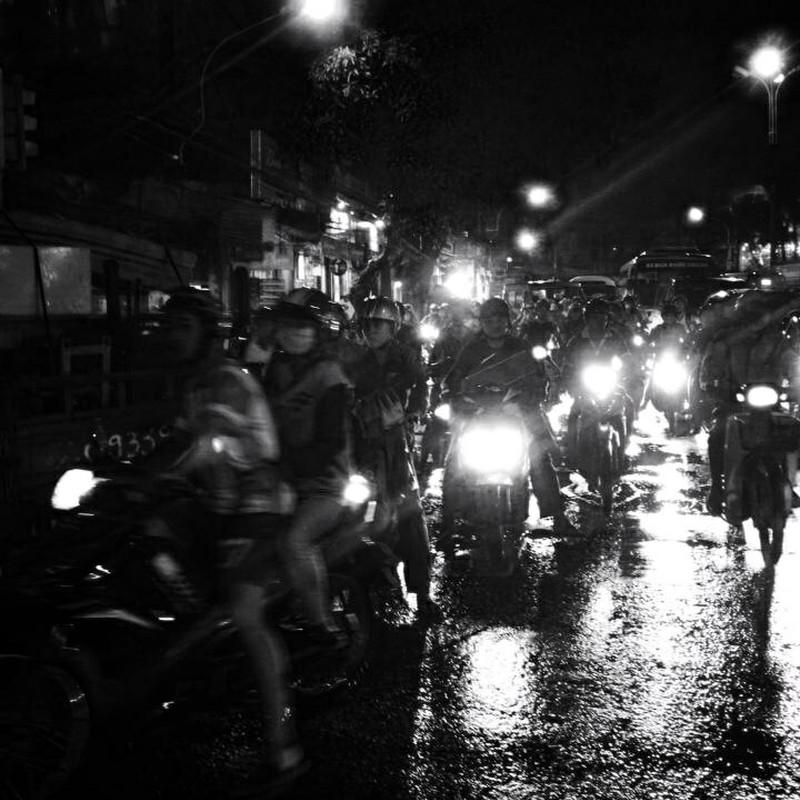 夜、雨上がり、バイク地獄
