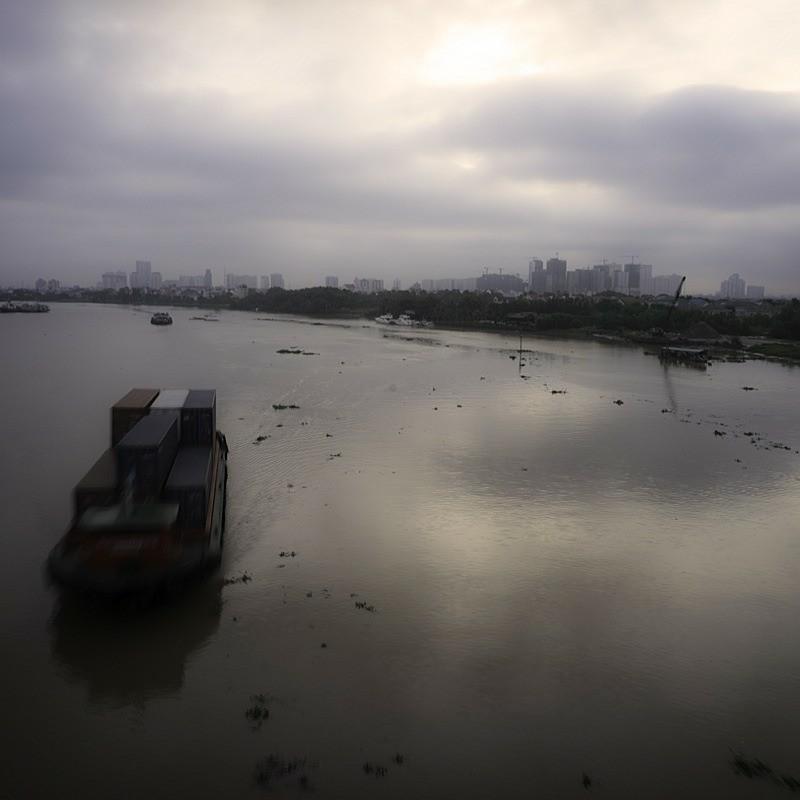見下ろすサイゴン川