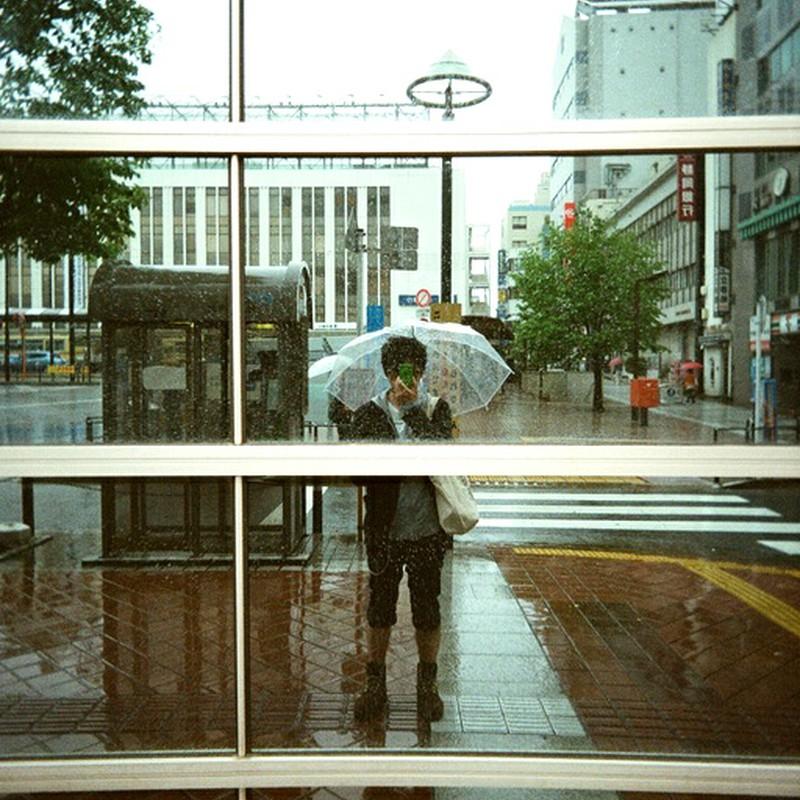 雨、無音、駅前にて。