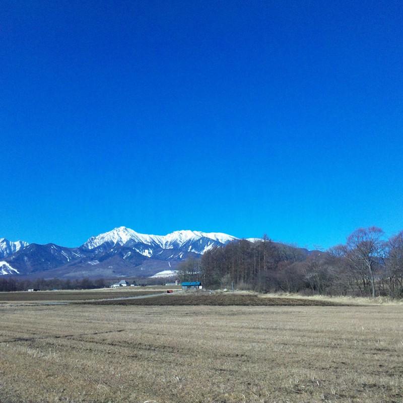 冬の空と山
