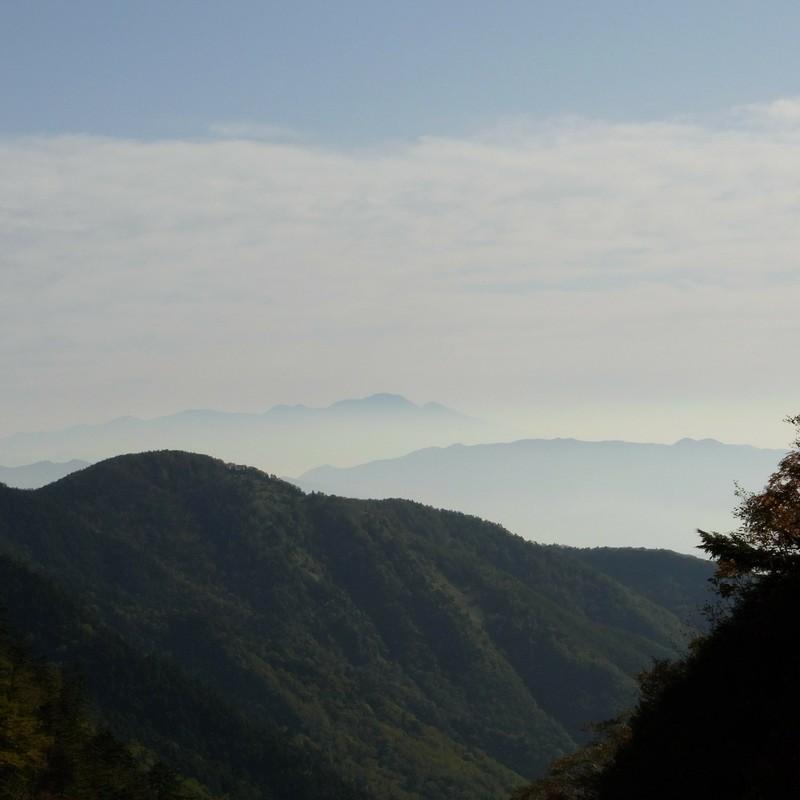 遠く故郷の山を望む